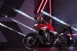 Motor jenis big bike Honda CB500X dihadirkan saat peluncuran di Bandung, Jawa Barat, Sabtu (9/2/2019). Motor CB500X ini menggunakan suspensi depan dengan travel yang lebih panjang dan memiliki jelajah lebih luas serta dipasarkan dengan harga OTR DKI Jakarta Rp 158 - Rp163 juta. ANTARA JABAR/M Agung Rajasa/agr.