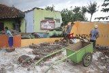 Warga membongkar rumah mereka di desa Babakan, Kertajati, Majalengka, Jawa Barat, Senin (11/2/2019). Ratusan rumah warga di desa tersebut dibongkar untuk memperluas akses jalan dari Tol Cipali menuju bandara Kertajati. ANTARA JABAR/Dedhez Anggara/agr.