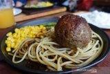 Menikmati kelezatan hamburger ala Negeri Sakura