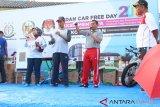 Anggota KPU Kota Medan Edy Suhartono (kedua kanan) menyampaikan sosialisasi Pemilu 2019 disaksikan Wakil Walikota Medan Akhyar Nasution (kanan) pada kegiatan hari bebas kendaraan bermotor (car free day) di Medan, Sumatera Utara, Minggu (17/2/2019). Kegiatan sosialisasi Pemilu 2019 yang juga diikuti Panitia Pemilihan Kecamatan (PPK), relawan demokrasi tersebut juga dihadiri pihak kejaksaan. (Antara Sumut - Ist)