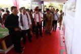 Menteri Perhubungan Budi Karya Sumadi (kedua kiri) bersama Menteri Hukum dan HAM Yasonna Hamonangan Laoly (keempat kiri) dan Wali Kota Singkawang Tjhai Chui Mie (ketiga kiri) melihat pemaparan pembangunan bandara di Kecamatan Pangmilang, Singkawang Selatan, Kalimantan Barat, Senin (18/2/2019). Pembangunan bandara baru di Kota Singkawang yang akan memiliki landasan pacu ultimate sepanjang 2.500 meter dan mampu menampung pesawat Boeing 737-900 ER tersebut ditargetkan akan selesai pada 2022. ANTARA FOTO/David/jhw