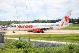 Pesawat Lion Air JT-714 rute Jakarta-Pontianak yang telah berhasil dievakuasi diparkir di Bandara Supadio, Kabupaten Kubu Raya, Kalbar, Minggu (17/2/2019). PT Angkasa Pura II Bandara Supadio Pontianak menyatakan evakuasi badan pesawat Boeing 737-800 milik Maskapai Lion Air dengan nomor penerbangan JT714 telah berhasil dilakukan pasca mengalami kecelakaan akibat tergelincir di ujung landasan Bandara Supadio pada Sabtu (16/2/2019) kemarin. ANTARA FOTO/Jessica Helena Wuysang