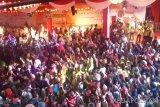Ribuan masyarakat Kota Bogor, Jawa Barat memadati ruas Jalan Raya Surya Kencana, Kota Bogor, Jawa Barat, Selasa (19/2/2019). Perayaan Cap Go Meh yang menampilkan berbagai kesenian dan kebudayaan Tionghoa serta Indonesia tersebut bertemakan