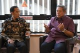 Presiden Joko Widodo (kiri) berbincang dengan Presiden ke-6 Susilo Bambang Yudhoyono saat menjenguk Ibu Ani Yudhoyono di National University Singapore, Singapura, Kamis (21/2/2019). ANTARA FOTO/Biropers Setpres-Laily Rachev/foc.