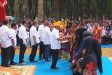 Moeldoko Serahkan Bantuan PKH dan Sertifikat Tanah Rakyat di Rohil
