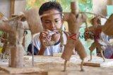 Perajin menyelesaikan pembuatan kerajinan boneka tani berbahan karung goni di Saung Atap Langit, Kampung Tangkolak, Cilamaya Wetan, Karawang, Jawa Barat, Sabtu (23/2/2019). Perajin di saung tersebut mampu membuat 80 sampai 100 boneka per bulan dengan harga jual Rp10 ribu - Rp25 ribu per boneka tergantung dari tingkat kesulitan. ANTARA JABAR/M Ibnu Chazar/agr.