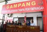 Bupati Madiun Ahmad Dawami (ketiga kanan) dan sejumlah pejabat meninjau Gedung Pelayanan Tanpa Penyimpangan seusai penandatanganan komitmen bersama pembangunan zona integritas bebas korupsi di Kantor Kejaksaan Negeri Kabupaten Madiun, Jawa Timur, Senin (25/2/2019). Kegiatan tersebut untuk mewujudkan Wilayah Bebas korupsi (WKB) dan Wilayah Birokrasi Bersih Melayani (WBBM). Antara Jatim/Siswowidodo/zk