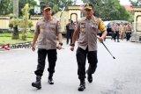 Kapolri Jenderal Polisi Tito Karnavian (kiri) didampingi Kapolda Kalbar Irjen Pol Didi Haryono (kanan) saat melakukan kunjungan kerja di Mapolda Kalbar, Selasa (26/2/2019). Kapolri melakukan pertemuan tertutup bersama lima kapolda se-Kalimantan beserta jajarannya guna membahas pengamanan Pemilu 2019 serta penanggulangan kebakaran hutan dan lahan di wilayah Kalimantan. ANTARA FOTO/Jessica Helena Wuysang