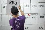 Petugas merakit kotak suara di Gudang Logistik KPU Kota Bandung, Jawa Barat, Selasa (26/2/2019). KPU Kota Bandung menyediakan 23.107 kotak suara untuk 7.103 TPS di kota bandung pada pemilu 17 April mendatang. ANTARA JABAR/Raisan Al Farisi/agr.