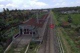 Stasiun Pondok Rajeg yang terbengkalai di Cibinong , Bogor, Jawa Barat, Sabtu (2/2/2019). Stasiun yang sudah tidak beroperasi ini kondisinya sangat memprihatinkan karena sejumlah fasilitas yang ada di stasiun ini terlihat rusak dan dipenuhi coretan di dindingnya. ANTARA JABAR/Yulius Satria Wijaya/agr.