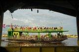 Puluhan wisatawan lokal menaiki kapal wisata di Sungai Kapuas, Pontianak, Kalimantan Barat, Selasa (5/2/2019). Berlayar menyusuri Sungai Kapuas yang merupakan sungai terpanjang di Indonesia tersebut menjadi salah satu destinasi wisata air bagi wisatawan lokal maupun mancanegara di Kota Pontianak. ANTARA FOTO/Jessica Helena Wuysang