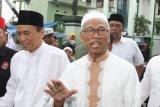 Terpidana kasus UU ITE Buni Yani (kanan) tiba di Masjid Al Barkah, Jakarta, Jumat (1/2/2019). Menurut rencana Kejaksaan Negeri Depok akan melakukan eksekusi hukuman terhadap terpidana Buni Yani yang divonis 1 tahun 6 bulan penjara terkait kasus pelanggaran Undang-Undang Informasi dan Transaksi Elektronik ( UU ITE) pada Jumat (1/2). ANTARA FOTO/Reno Esnir/nym.