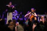 Kelompok musik Pynarello menyuguhkan konser klasik di Gedung Kesenian Cak Durasim, Taman Budaya Jawa Timur, Surabaya, Jawa Timur, Jumat (1/2/2019). Konser musik klasik yang dimainkan oleh kelompok musik dari negara Belanda tanpa dirijen atau 'Conduntor' itu menyuguhkan karya-karya musik ciptaan Brahms, Mendelssohn, Bruinsma dan Ruller. Antara Jatim/Didik Suhartono/ZK.