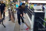 H Ansharuddin saat membersihkan sampah di areal Monumen Pahlawan di Kota Paringin, ibukota Kabupaten Balangan