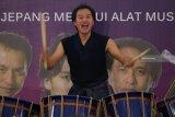 Musisi Ryohei Inoue bersama kelompok musiknya AUNJ tampil pada AUNJ Classic Orchestra di Universitas 17 Agustus 1945 Surabaya, Jawa Timur, Senin (4/3/2019).  Orkestra klasik itu digelar untuk mengenalkan dan memberikan pemahaman budaya Jepang khususnya alat musik tradisionalnya kepada para mahasiswa. Antara Jatim/Didik Suhartono/zk.