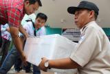 Sejumlah petugas mengangkat kotak berisi anakan Ikan Arwana Jardini saat rilis pelepasan di Kantor Badan Karantina Ikan Pengendalian Mutu (BKIPM Pontianak) di Kabupaten Kubu Raya, Kalbar, Sabtu (2/3/2019). Sebanyak 3.505 ekor anak Ikan Arwana Jardini (Scleropages Jardini) senilai Rp2 Miliar yang merupakan hasil tangkapan BKIPM Entikong saat hendak diselundupkan ke Kuching Malaysia pada 13 Januari 2019 tersebut dikirim kembali ke habitat aslinya di Papua pada Sabtu (2/3) siang. ANTARA FOTO/Jessica Helena Wuysang