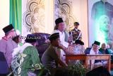 Kyai Nahdlatul Ulama (NU) Gus Muwafiq (keempat kiri) berdakwah saat Tabligh Akbar dan Shalawat Harlah NU ke-93 di Pontianak, Kalimantan Barat, Selasa (5/3/2019) malam. Dalam kesempatan tersebut Gus Muwafiq menyatakan Nahdlatul Ulama berada di garis terdepan dalam menjaga serta merawat kebhinekaan dan persatuan bangsa. ANTARA FOTO/HS Putra/jhw