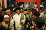 Kyai Nahdlatul Ulama (NU) Gus Muwafiq (kedua kanan) dikawal anggota Banser saat menghadiri Tabligh Akbar dan Shalawat Harlah NU ke-93 di Pontianak, Kalimantan Barat, Selasa (5/3/2019) malam. Dalam kesempatan tersebut Gus Muwafiq menyatakan Nahdlatul Ulama berada di garis terdepan dalam menjaga serta merawat kebhinekaan dan persatuan bangsa. ANTARA FOTO/HS Putra/jhw