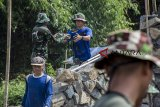 TMMD DI KABUPATEN SUKABUMI. Sejumlah anggota TNI dan warga bergotong royong membangun jembatan antar Desa saat program Tentara Manunggal Membangun Desa (TMMD) di Desa Purwasedar, Ciracap, Kabupaten Sukabumi, Jawa Barat, Jumat (8/3/2019). Kodim 0622/Kabupaten Sukabumi melaksanakan program TMMD ke-104 diantaranya membangun jalan penghubung antar Desa sepanjang 5,5 km, membangun jembatan sepanjang 24 meter di atas sungai Cibangel dan pembangunan tiga gorong-gorong plat beton sepanjang 4 meter yang dilaksanakan selama 30 hari. ANTARA JABAR/Nurul Ramadhan/agr