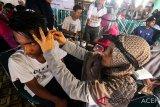Dokter spesialis Telinga, Hidung dan Tenggorokan memeriksa telinga warga program kesehatan telinga Millenial Road Safety Festival Polres Lhokseumawe, di Lhokseumawe, Aceh, Minggu (10/3/). Pemeriksaan telinga, hidung, tenggorokan gratis bagi masyarakat millenial dan anak itu bertujuan menjaga kesehatan telinga, mencegah gangguan pendengaran terutama saat berkendera. (Antara Aceh/Rahmad)