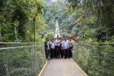 Menteri Koordinator Bidang Kemaritiman Luhut Binsar Panjaitan (ketiga kiri), Bupati Sukabumi Marwan Hamami (kedua kanan) berfoto bersama saat kunjungan di kawasan wisata Jembatan Gantung Situ Gunung, Kadudampit, Kabupaten Sukabumi, Jawa Barat, Sabtu (9/3/2019). Dalam kunjungannya tersebut, Luhut Binsar Panjaitan meresmikan Jembatan Gantung Situ Gunung yang merupakan Jembatan Gantung terpanjang se-Asia Tenggara. ANTARA JABAR/Nurul Ramadhan/agr.