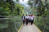 Menteri Koordinator Bidang Kemaritiman Luhut Binsar Panjaitan (tengah) didampingi Bupati Sukabumi Marwan Hamami (kanan) berjalan saat kunjungan di kawasan wisata Jembatan Gantung Situ Gunung, Kadudampit, Kabupaten Sukabumi, Jawa Barat, Sabtu (9/3/2019). Dalam kunjungannya tersebut, Luhut Binsar Panjaitan meresmikan Jembatan Gantung Situ Gunung yang merupakan Jembatan Gantung terpanjang se-Asia Tenggara. ANTARA JABAR/Nurul Ramadhan/agr.