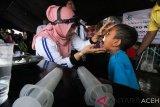 Dokter spesialis Telinga, Hidung dan Tenggorokan memeriksa mulut warga program kesehatan telinga Millenial Road Safety Festival Polres Lhokseumawe, di Lhokseumawe, Aceh, Minggu (10/3/). Pemeriksaan telinga, hidung, tenggorokan gratis bagi masyarakat millenial dan anak itu bertujuan menjaga kesehatan telinga, mencegah gangguan pendengaran terutama saat berkendera. (Antara Aceh/Rahmad)