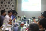 Pimpinan proyek pengambangan Bandara  Syamsuddin Noor Dadang Dian Hendiyana (Kiri) menyampaikan progress pengembangan pembangunan Bandara kepada sejumlah awak media di Banjarbaru, Kalimantan Selatan, Senin (11/3/2019). Foto Antaranews Kalsel/Bayu Pratama S.