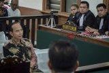 Mantan Wali Kota Cimahi Itoc Tochija (kiri) memberikan keterangan kepada majelis hakim saat menjalani sidang perdana di Pengadilan Tipikor Bandung, Jawa Barat, Senin (11/3/2019). Sidang perdana tersebut beragendakan pembacaan dakwaan terkait kasus dugaan korupsi penyertaan modal daerah pada Perusahaan Daerah Jati Mandiri (PDJM) dan PT Lingga Buana Wisrea untuk pembangunan Pasar Raya Cibeureum dan Pembangunan sub terminal. ANTARA JABARO/Raisan Al Farisi/agr