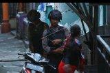 Petugas kepolisian berjaga di lokasi terjadinya ledakan yang diduga bom di kawasan Jalan KH Ahmad Dahlan, Pancuran Bambu, Sibolga Sambas, Kota Siboga, Sumatera Utara, Selasa (12/3). Ledakan diduga terkait penangkapan terduga pelaku terorisme berinisial Hu alias AH di Sibolga, Sumut oleh Densus 88 Mabes Polri. ANTARA FOTO/Damai Mendrofa/nym.
