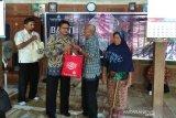 Milad, SD Muhammadiyah Surakarta berbagai sembako dengan warga Sragen