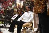 Presiden Joko Widodo mencoba kursi saat meninjau pameran International Furniture Expo (IFEX) 2019 di Jakarta, Rabu (13/3/2019). Pameran mebel dan kerajinan B2B (business to business) terbesar di Indonesia dan kawasan regional itu akan berlangsung hingga 14 Maret 2019. ANTARA FOTO/Akbar Nugroho Gumay/nym.