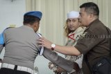 Terdakwa kasus dugaan penganiayaan terhadap remaja Bahar bin Smith berjalan keluar ruangan seusai menjalani sidang lanjutan di Gedung Perpustakaan dan Kearsipan Kota Bandung, Jawa Barat, Kamis (14/3/2019). Sidang lanjutan tersebut mengagendakan membacakan tanggapan tertulis dari Jaksa Penuntut umum atas eksepsi dari tim Kuasa Hukum Terdakwa. ANTARA JABAR/Raisan Al Farisi/agr.