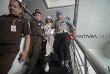 Terdakwa kasus dugaan penganiayaan terhadap remaja Bahar bin Smith dikawal aparat kepolisian seusai menjalani sidang lanjutan di Gedung Perpustakaan dan Kearsipan Kota Bandung, Jawa Barat, Kamis (14/3/2019). Sidang lanjutan tersebut mengagendakan membacakan tanggapan tertulis dari Jaksa Penuntut umum atas eksepsi dari tim Kuasa Hukum Terdakwa. ANTARA JABAR/Raisan Al Farisi/agr.