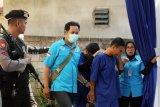 Sejumlah petugas menggiring dua pelaku penyelundupan 107 kilogram sabu sesaat sebelum rilis ungkap kasus di Kantor BNNP Kalbar di Pontianak, Selasa (19/3/2019). BNNP Kalbar berhasil menggagalkan penyelundupan 107 kilogram sabu-sabu dan 114.669 butir dari Semenanjung Malaysia ke Kalbar melalui jalur laut di Sei Duri, Kecamatan Sungai Raya, Kabupaten Bengkayang, Kalbar pada Kamis (14/3/2019). ANTARA FOTO/HS Putra/jhw