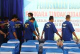 Sejumlah petugas menggiring sejumlah tersangka pengedar narkoba saat dihadirkan dalam rilis ungkap kasus di Kantor BNNP Kalbar di Pontianak, Selasa (19/3/2019). BNNP Kalbar berhasil menggagalkan penyelundupan 107 kilogram sabu-sabu dan 114.669 butir dari Semenanjung Malaysia ke Kalbar melalui jalur laut di Sei Duri, Kecamatan Sungai Raya, Kabupaten Bengkayang, Kalbar pada Kamis (14/3/2019). ANTARA FOTO/HS Putra/jhw