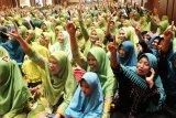 Ratusan kader Muslimat Nahdlatul Ulama (NU) mengacungkan satu jari saat menghadiri Istighosah Qubro Muslimat NU Kalbar di Kabupaten Kubu Raya, Kalimantan Barat, Minggu (17/3/2019). Dalam acara tersebut, Ketua Pengurus Pusat Muslimat Nahdlatul Ulama (NU) Yenny Wahid menyerukan kepada para kader Muslimat NU untuk tidak salah pilih pada Pilpres 2019 serta turut aktif memerangi hoaks dan penyebaran fitnah guna mencegah perpecahan di dalam masyarakat. ANTARA FOTO/Jessica Helena Wuysang