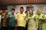 Ketua Pengurus Pusat Muslimat Nahdlatul Ulama (NU) Yenny Wahid (kedua kanan) bersamai Gubernur Kalbar Sutarmidji (ketiga kanan), Ketua PWNU Kalbar Hildi Hamid (kiri) dan Wakil Bupati Kubu Raya Sujiwo (kedua kiri) mengacungkan jempol saat menghadiri Istighosah Qubro Muslimat NU Kalbar di Kabupaten Kubu Raya, Kalimantan Barat, Minggu (17/3/2019). Yenny Wahid menyerukan kepada para kader Muslimat NU untuk tidak salah pilih pada Pilpres 2019 serta turut aktif memerangi hoaks dan penyebaran fitnah guna mencegah perpecahan di dalam masyarakat. ANTARA FOTO/Jessica Helena Wuysang