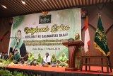 Ketua Pengurus Pusat Muslimat Nahdlatul Ulama (NU) Yenny Wahid (kanan) berpidato saat menghadiri Istighosah Qubro Muslimat NU Kalbar di Kabupaten Kubu Raya, Kalimantan Barat, Minggu (17/3/2019). Yenny Wahid menyerukan kepada para kader Muslimat NU untuk tidak salah pilih pada Pilpres 2019 serta turut aktif memerangi hoaks dan penyebaran fitnah guna mencegah perpecahan di dalam masyarakat. ANTARA FOTO/Jessica Helena Wuysang