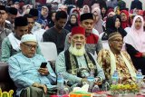 Ulama kharismatik Aceh, Tgk. H. Nuruzzahri (Waled Nu) Samalanga (tengah) menghadiri sebagai pembicara