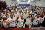 Relawan mengacungkan jari nomor satu saat berlangsung orasi