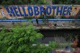 """Seniman Aceh melukis mural bertulis """"Hello Brother"""" di Banda Aceh, Aceh, Kamis (21/3/2019). Tulisan mural """"Hello Brother"""" sebagai penghormatan seniman Aceh kepada para korban penembakan massal Christchurch di Selandia Baru. (Antara Aceh/Irwansyah Putra)"""