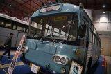 Pengunjung mengamati transportasi umum klasik ketika pameran Indonesia Classic N Unique Bus 2019 di JI Expo, Jakarta, Rabu (20/3/2019). Pameran yang menghadirkan berbagai angkutan umum tempo dulu tersebut berlangsung hingga 22 Maret 2019. (ANTARA FOTO)