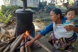 Warga Mesuji Lampung Memasak Pakai Kayu Bakar karena LPG Langka