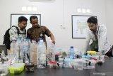 Perwakilan Korwas PPNS Dit Reskrimsus Polda Kalbar Brigadir Polisi Leo Chandra (kedua kiri) bersama dua petugas lainnya memeriksa wadah berisi hewan dan tanaman liar khas Kalbar hasil sitaan usai rilis kasus di Mako Satuan Polisi Hutan Reaksi Cepat (SPORC), di Kabupaten Kubu Raya, Kalimantan Barat, Jumat (22/3/2019). Sebanyak empat warga negara Polandia ditangkap Balai Konservasi Sumber Daya Alam (BKSDA) Sintang karena mengambil sampel satwa liar dan tumbuhan sebanyak 283 jenis tanpa ijin di kawasan konservasi Taman Wisata Alam Bukit Kelam, Kabupaten Sintang, Kalimantan Barat pada Selasa (19/3/2019). ANTARA FOTO/Jessica Helena Wuysang