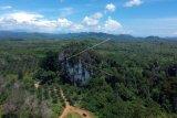 Foto udara gua batu kapal, di Sangir Balai Janggo, Kab.Solok Selatan, Sumatera Barat, Minggu (24/3/2019). Gua yang berada sekitar 35 kilometer dari pusat kabupaten tersebut merupakan destinasi favorit kabupaten Solok Selatan, namun akses masih terkendala jalan yang belum diaspal karena berada di kawasan kebun sawit masyarakat. (ANTARA FOTO)