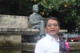 Menkominfo Rudiantara di bawah monumen Pancasila Ende