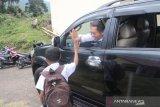 Menkominfo Rudiantara dengan seorang anak SD di Ende