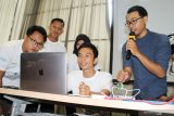 Kreator Konten Tezar Haldy (kanan) memberikan tutorial multimedia kepada peserta Kelas Kreatif BUMN di Pontianak, Kalimantan Barat, Selasa (26/3/2019). Pada Kelas Kreatif BUMN 2019 yang digelar PT Pelabuhan Indonesia II (Persero)/IPC tersebut peserta yang berasal dari siswa sekolah kejuruan, mahasiswa serta pelaku UKM dapat mempelajari multimedia, seni tata rias, pemasaran digital dan kuliner. ANTARA FOTO/Jessica Helena Wuysang