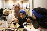 Penata rias Kalbar Urai Dewi (kedua kiri) memberikan tutorial tata rias kepada peserta Kelas Kreatif BUMN di Pontianak, Kalimantan Barat, Selasa (26/3/2019). Pada Kelas Kreatif BUMN 2019 yang digelar PT Pelabuhan Indonesia II (Persero)/IPC tersebut peserta yang berasal dari siswa sekolah kejuruan, mahasiswa serta pelaku UKM dapat mempelajari multimedia, seni tata rias, pemasaran digital dan kuliner. ANTARA FOTO/Jessica Helena Wuysang